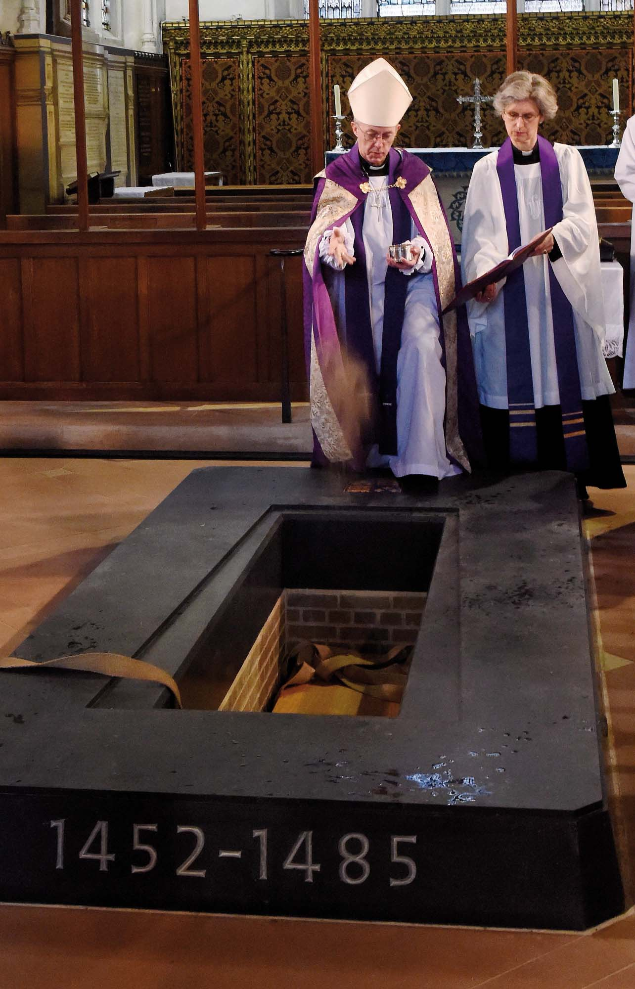 """Earth to earth"", the Archbishop of Canterbury buries King Richard III - Leicester Cathedral"